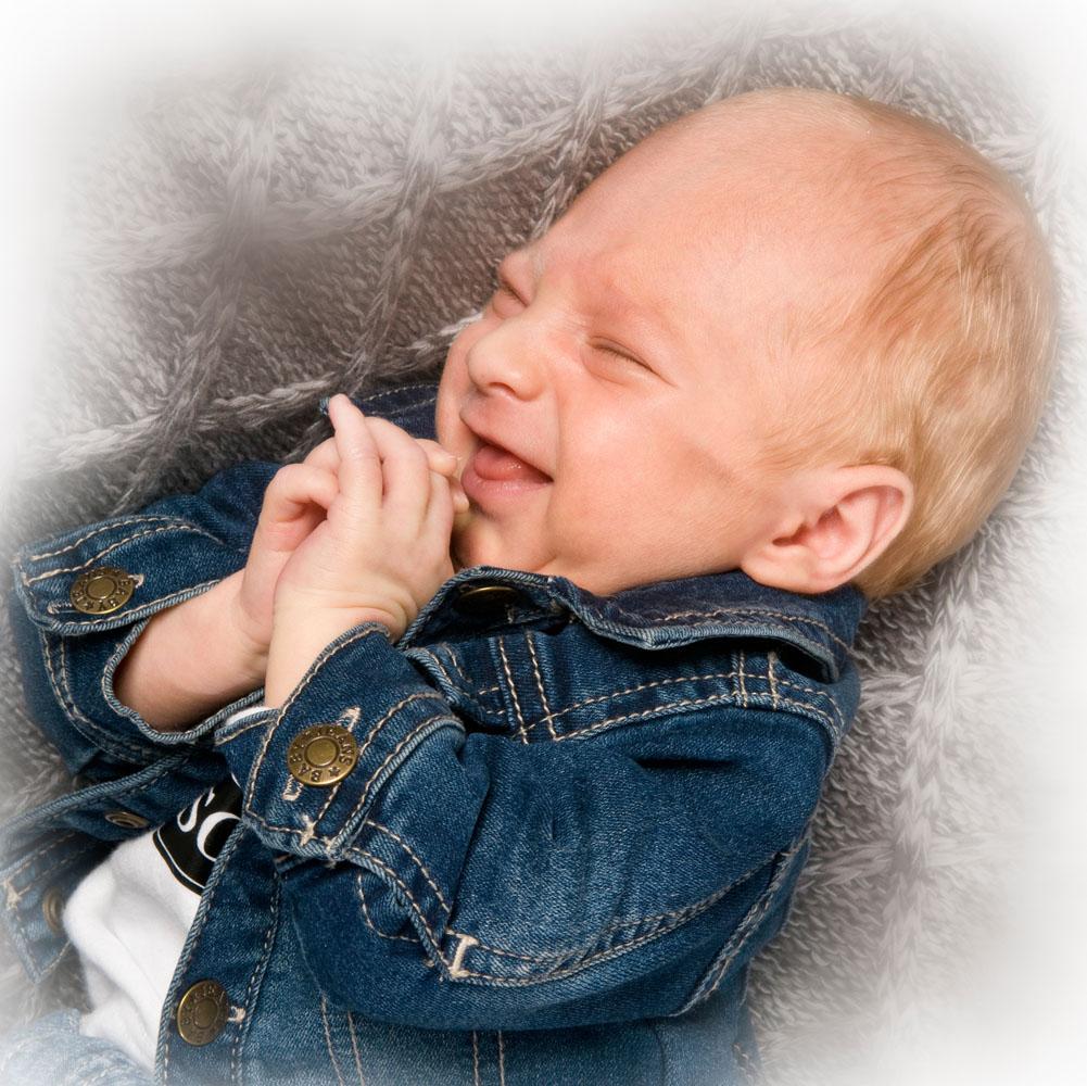 Niestadt-Fotografie-Schoonhoven-Newborn-shoot-baby-op-gehaakt-kleed-met-lach