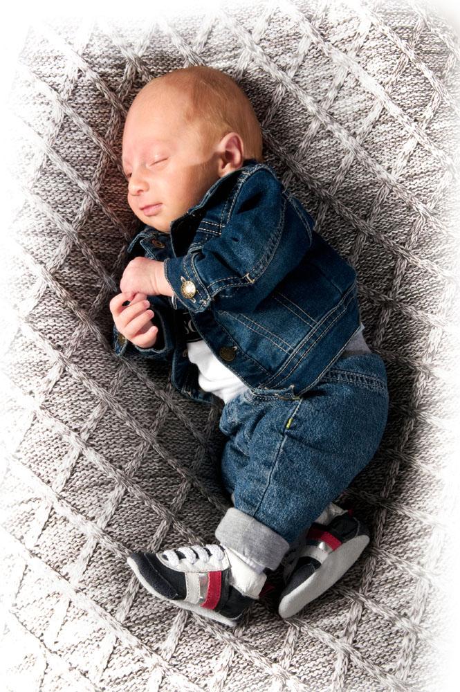 Niestadt-Fotografie-Schoonhoven-Newborn-shoot-baby-op-gehaakt-kleed-slapend