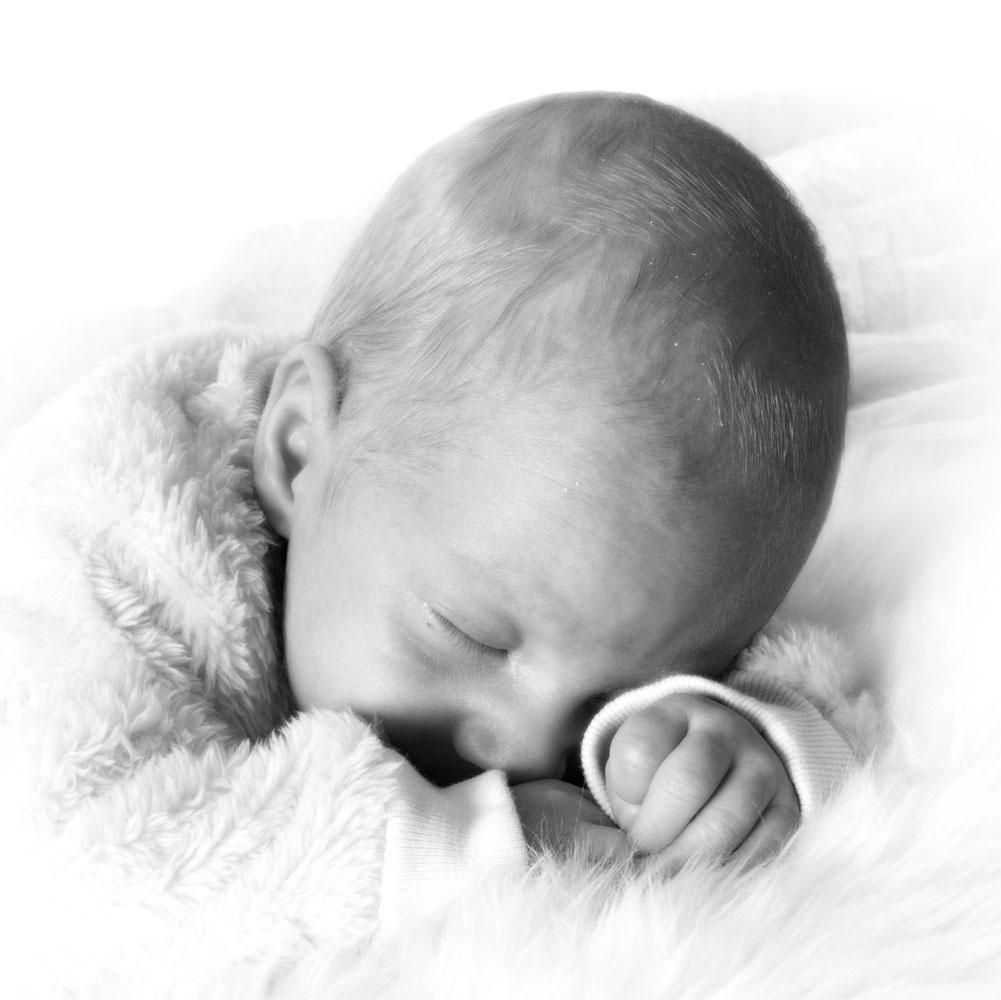 Niestadt-Fotografie-Schoonhoven-Newborn-shoot-baby-op-schapenvacht-in-zwart-wit
