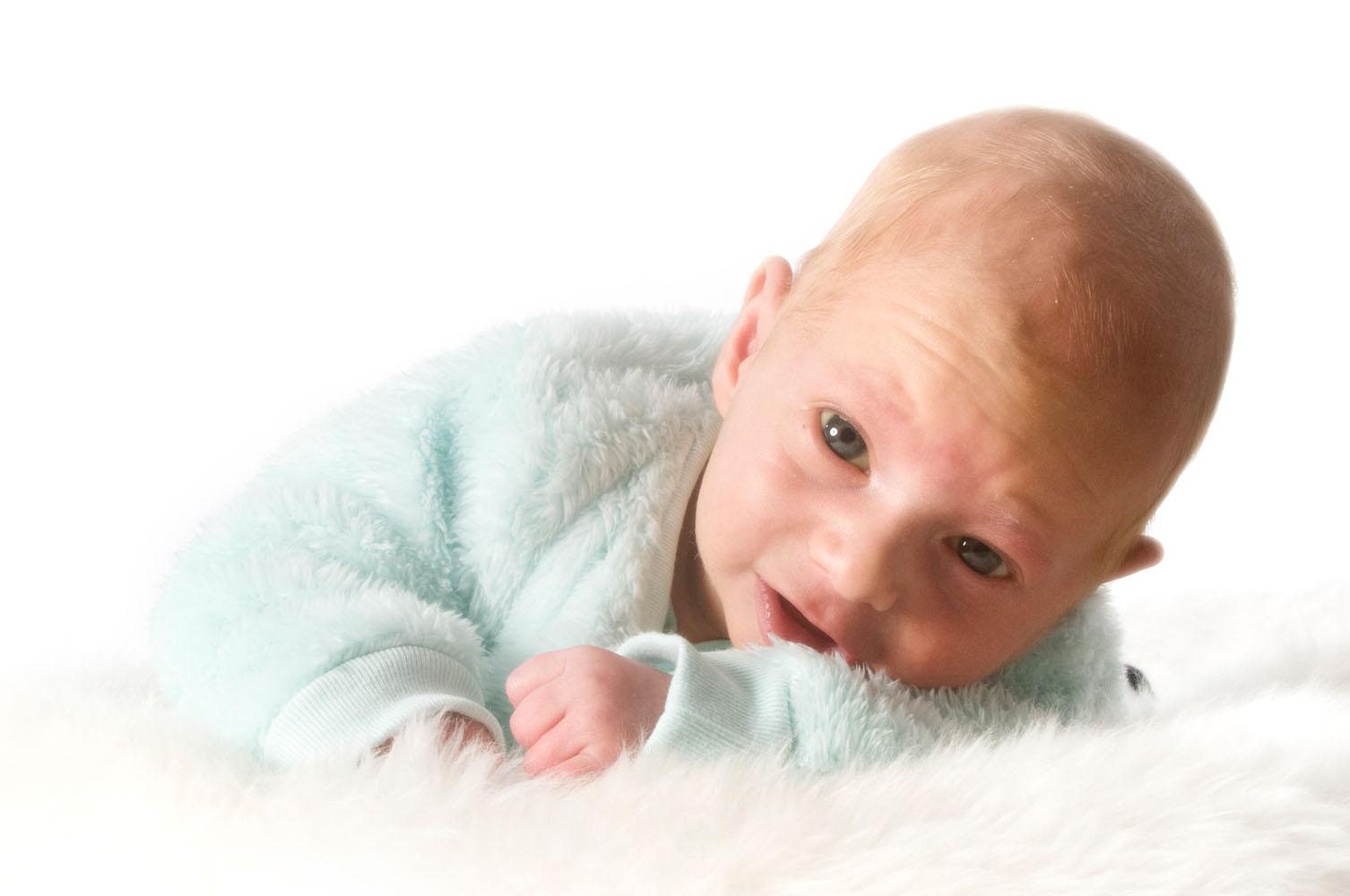 Niestadt-Fotografie-Schoonhoven-Newborn-shoot-baby-op-schapenvacht