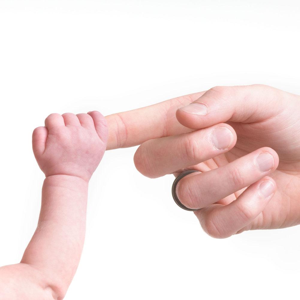 Niestadt-Fotografie-Schoonhoven-Newborn-shoot-handje-aan-vinger-tegen-een-witte-achtergrond