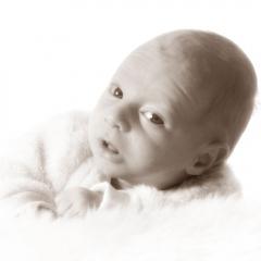 Niestadt-Fotografie-Schoonhoven-Newborn-shoot-baby-op-schapenvacht-in-sepia