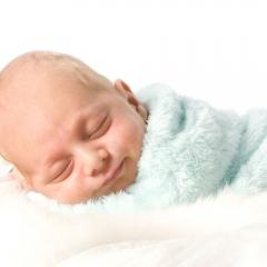 Niestadt-Fotografie-Schoonhoven-Newborn-shoot-baby-op-schapenvacht-slapend