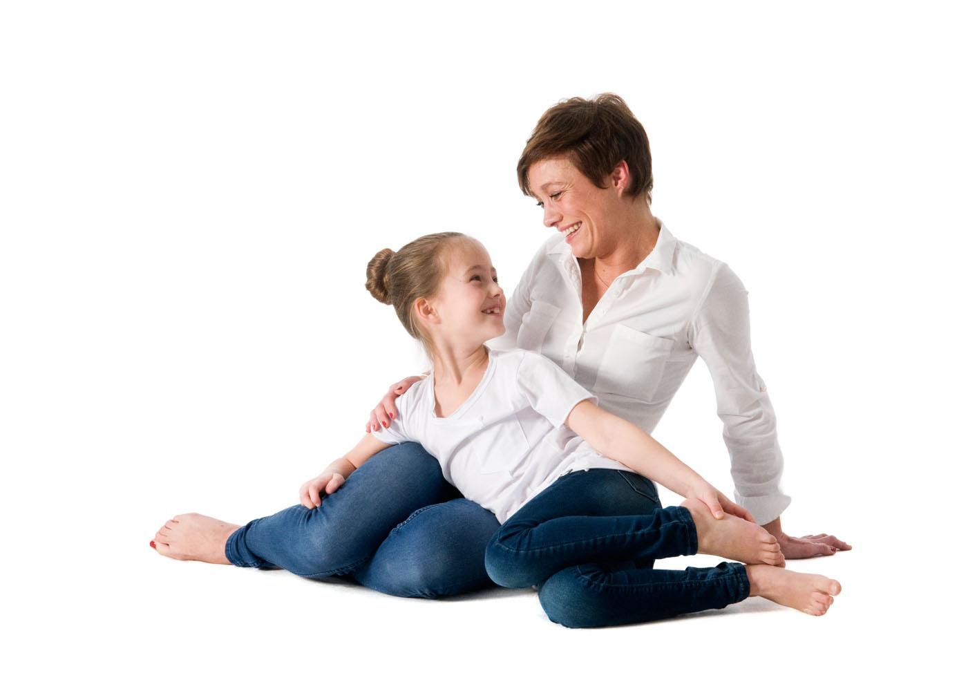 Niestadt-fotografie-Schoonhoven-studio-moeder-en-dochter-hebben-echt-contact