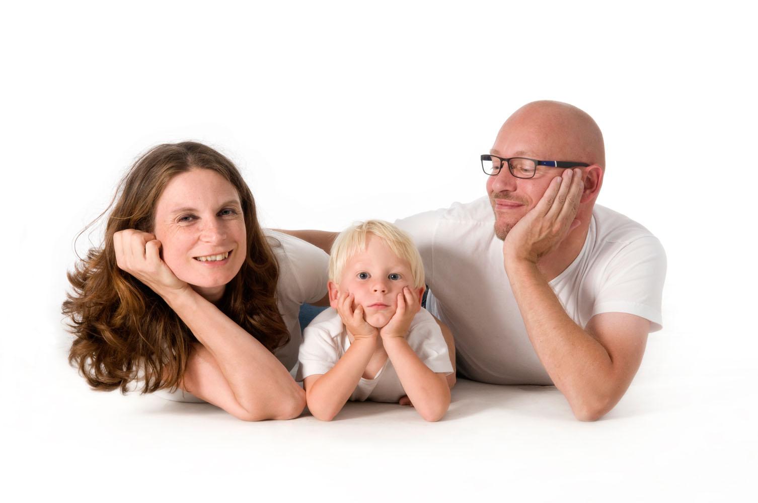 Niestadt-fotografie-Schoonhoven-studio-shoot-vader-moeder-en-zoon-samen-liggend