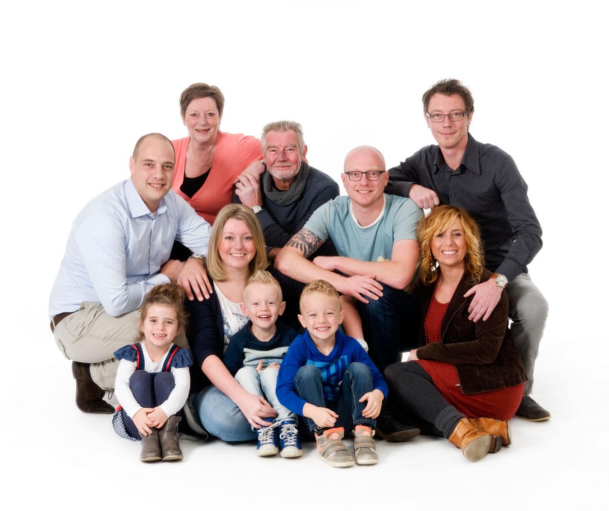 Niestadt-fotografie-Schoonhoven-studio-shoot-van-een-hele-familie-met-kinderen-en-kleinkinderen