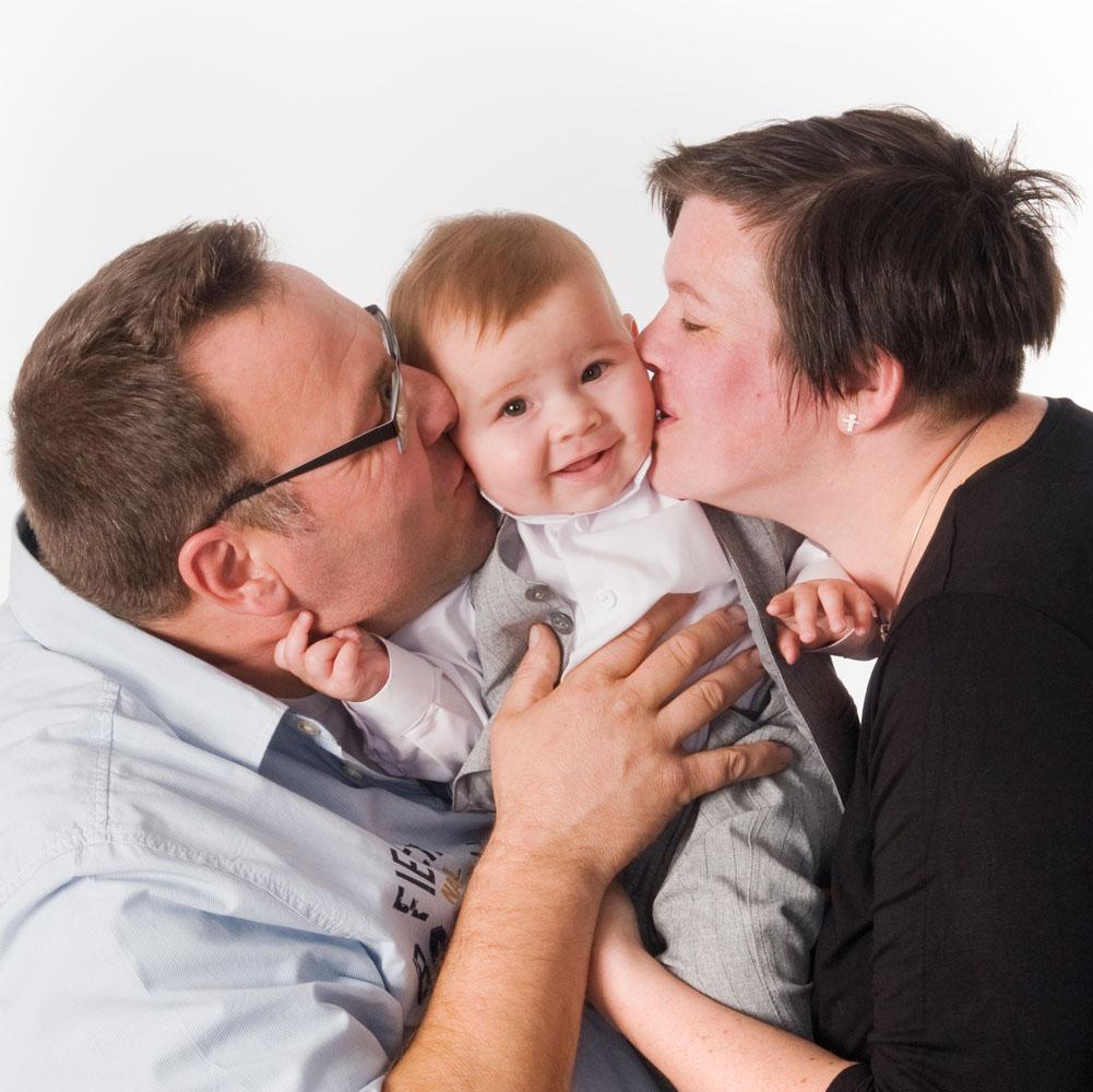 Niestadt-fotografie-Schoonhoven-studio-vader-en-moeder-met-schatiig-kindje