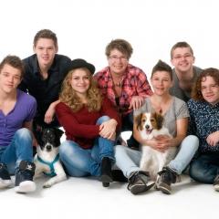 Niestadt-fotografie-Schoonhoven-studio-shoot-groep-met-tieners-en-hond