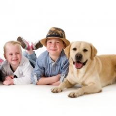 Niestadt-fotografie-Schoonhoven-studio-shoot-kinderen-liggen-op-de-grond-met-hond