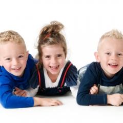 Niestadt-fotografie-Schoonhoven-studio-shoot-met-drie-kinderen-die-lol-hebben-met-elkaar