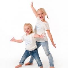 Niestadt-fotografie-Schoonhoven-studio-shoot-met-twee-zusjes-die-lekker-gek-doen-samen