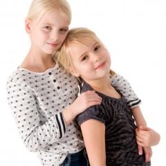 Niestadt-fotografie-Schoonhoven-studio-shoot-met-twee-zusjes-tegen-een-witte-achtergrond