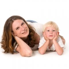 Niestadt-fotografie-Schoonhoven-studio-shoot-moeder-met-dochter-liggend-op-de-grond